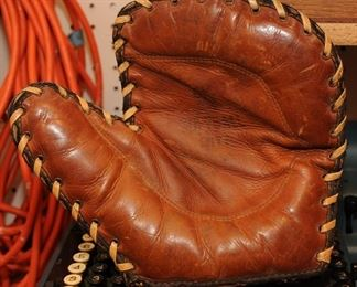 VINTAGE SOFTBALL CATCHERS GLOVE