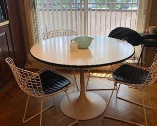 Knoll Tulip Table with 4 Harry Bertoia Wire Chairs