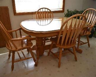 OAK KITCHEN TABLE W/4 CHAIRS & 2 LEAFS