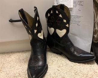 """VINTAGE black """"peewees"""" with white hearts. Size 7- 7 1/2?"""