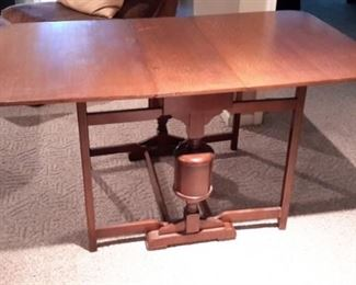 Beautiful vintage double drop leaf dining room table!