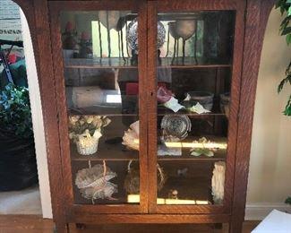 Display cabinet displaying things