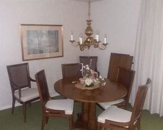 Stunning Henredon dining room table with leaves and top cushions