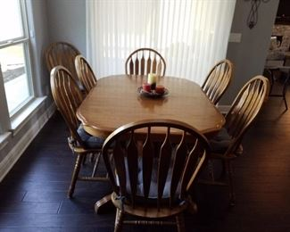 Dining room table/built in leaves