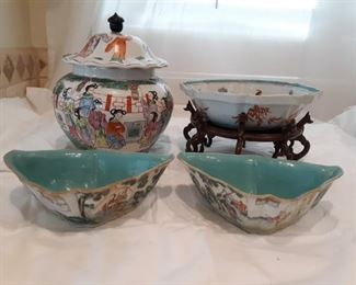 4 pieces of ceramic Asian decor
