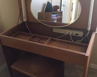 vintage vanity table w/stool (lighted)