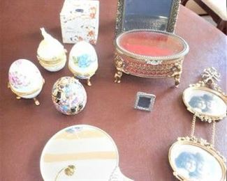 Lot of 10 pc vanity items https://ctbids.com/#!/description/share/209351