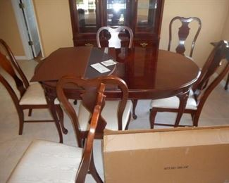 Bassett table & chairs w/leaf & custom Superior Table pad           https://ctbids.com/#!/description/share/209367