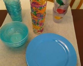 Lot of 22 pcs plastic dinnerware - some new    https://ctbids.com/#!/description/share/210002