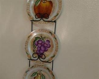Plate rack & 3 decorative plates https://ctbids.com/#!/description/share/210020