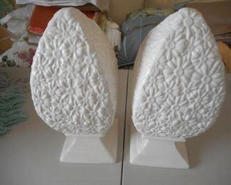 2 ceramic topiaries w/daisy pattern, Portugal https://ctbids.com/#!/description/share/210500