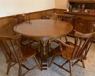 Very nice maple dining table, 2 leaves, 4 chairs, excellent condition