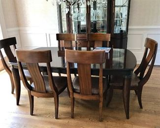 Bernhardt Table! 2 Leafs! 8 Chairs, protective covers