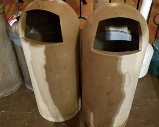 2 Trashcans