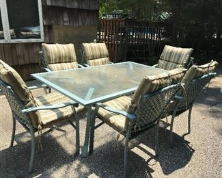 Outdoor table/chairs with cushions