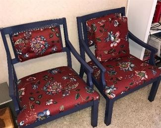 ROUND TABLE W/4 ARMCHAIRS