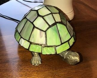 STAINED GLASS TURTLE ACCENT LAMP IN GREEN