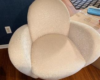 2 MODERN CREAM SWIVEL CHAIRS BY PREVIEW FURNITURE