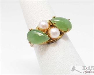 514: 14kt Gold Ring with Jade and Fresh Water Pearls 14kt Gold Ring with Jade and Fresh Water Pearls weighs approx 2.9g measures approx 6.5