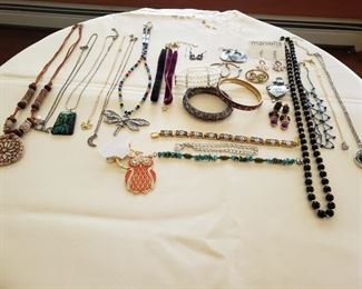 Costume Jewelry https://ctbids.com/#!/description/share/212939