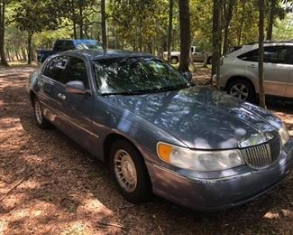 1999 Lincoln Town Car 112,000 miles Cold AC Good running condition.