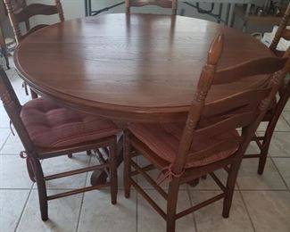 Round Oak table with chairs (has a leaf)