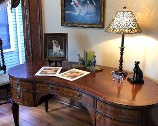 Handsome kidney desk