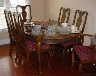 Beautiful dining room table, plus two extra leaves, and 6 chairs