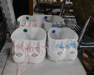 4 Plastic baby booties planters (2) Pink (2) Blue