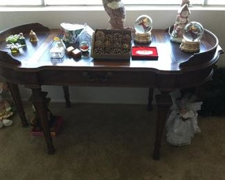 Hard to see but lovely desk