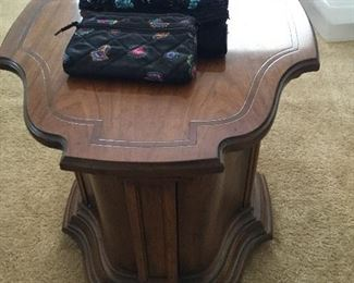 Sweet end cabinet side table