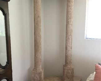 One of two sets garden columns in four pieces, lieghtweight