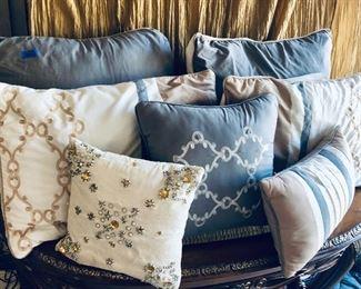 Lot of decorative pillows https://ctbids.com/#!/description/share/214237