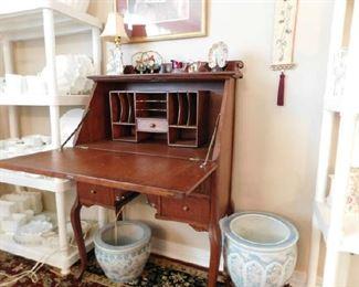 Inside of Oak Ladies Desk