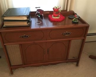 Magnavox Stero with many albums & records-works!