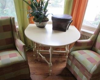 This table is faculous and the two chairs perfect