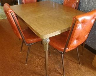 REtro DR table set with leaves.
