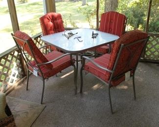 5 pc patio set w/ table and 4 chairs