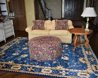 LOVESEAT, OTTOMAN, AREA RUG, ACCENT TABLE & LAMP IN GREAT ROOM