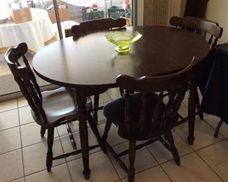 Very nice Kitchen dining set. 4 chairs & 1 leaf