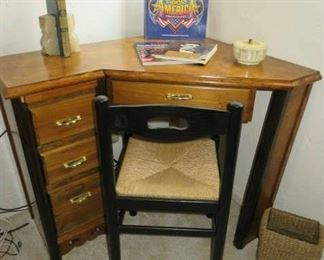 Small Corner Desk w/4 Drawers