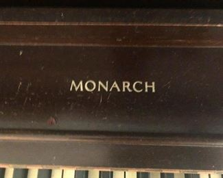 Monarch piano, comes with crown and throne (no crown and throne)