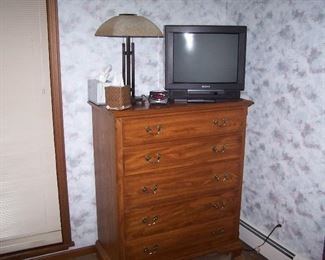 CHEST OF DRAWERS, LAMP & OLDER TV