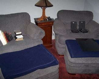 PAIR OF GRAY EASY CHAIRS & OTTOMANS, SMALL STAND & MICA CO. LAMP