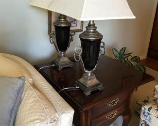 Nice end table and 2 matching lamps
