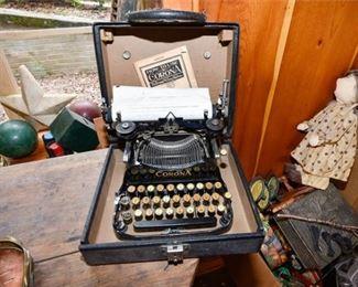 206. Small Antique CORONA Portable Typewriter wCase