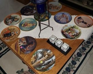 Collectible plates, area rug, mission style coffee table