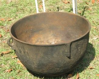 ANTIQUE CAST IRON KETTLE.