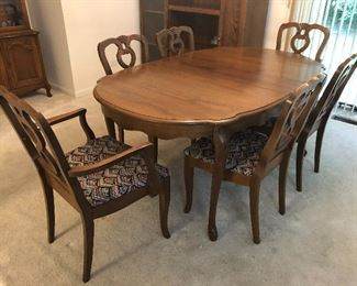Dining table with 6 chairs; 1 leaf