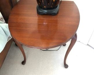 Queen Anne Oval side table with 2 drop leaves
